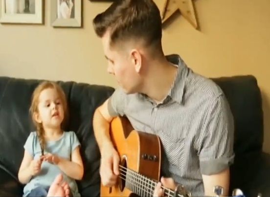 YouTube: niña enamora al mundo con su adorable forma de cantar