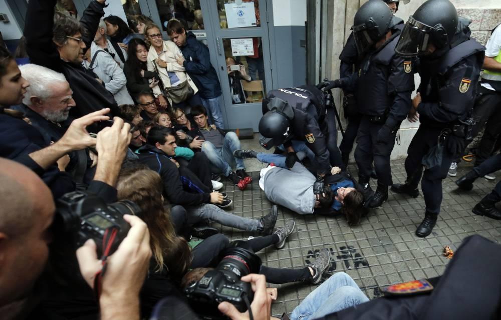 Van 465 heridos por cargas policiales durante disturbios del referéndum en Cataluña