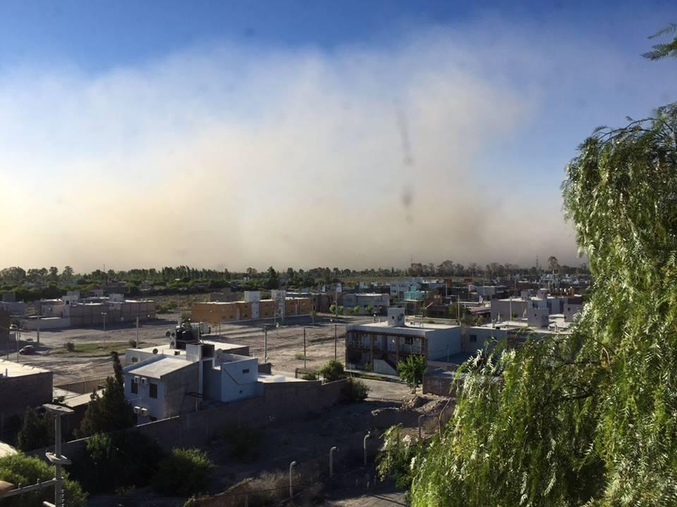 Fuertes ráfagas de viento azotan el Gran Mendoza y rige un alerta