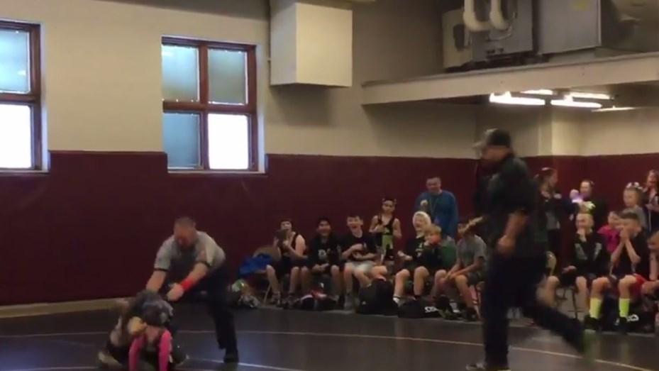 Ternura: Niño irrumpió torneo ¡para defender a su hermana!