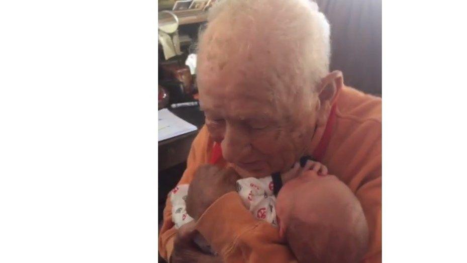 El emotivo encuentro entre abuelo de 105 años y su bisnieto