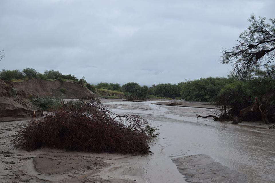 Cuatro familias evacuadas y rutas cortadas en San Juan