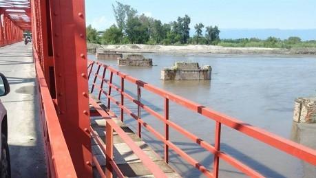 Saltó desde un puente para salvar a una nena que se ahogaba