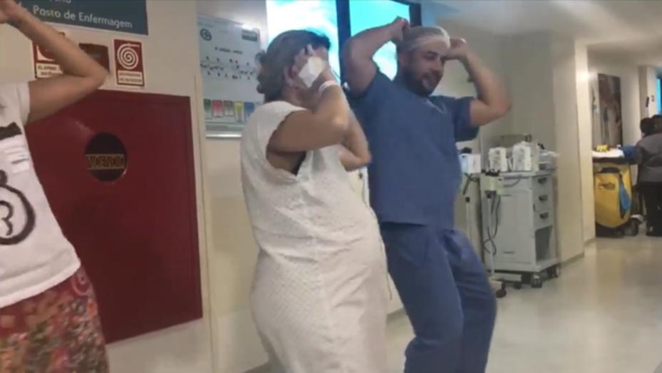 Médico baila y ayuda a embarazadas al ritmo de 'Despacito'