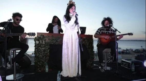 Cande Tinelli cantó en la playa