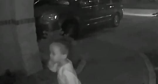 Abandonó a su pequeño hijo en la puerta de una casa y huyó