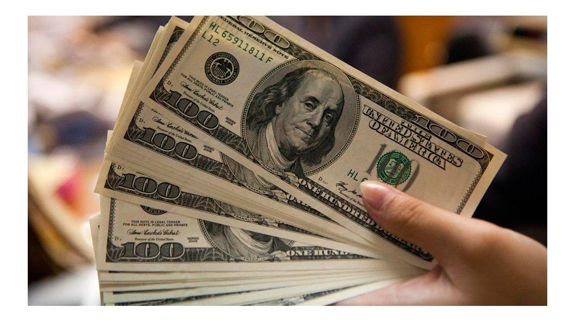 El dólar sube por intervención del Banco Central tras tocar récord