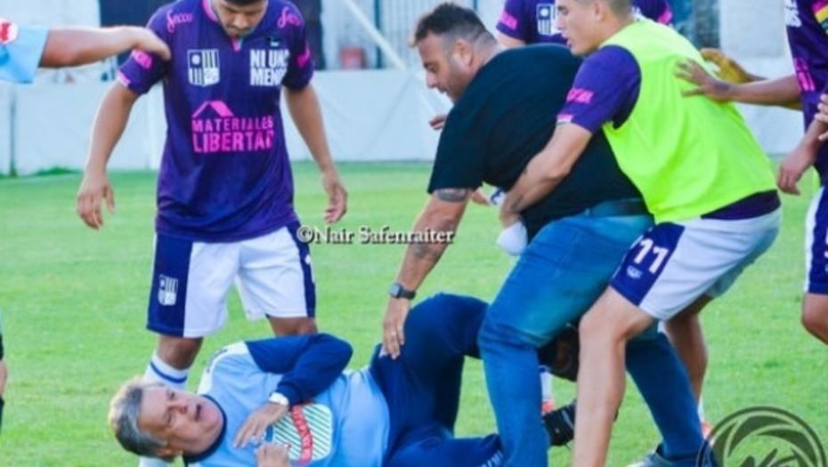Jugadores golpearon a Luis Ventura en un partido de la Primera D