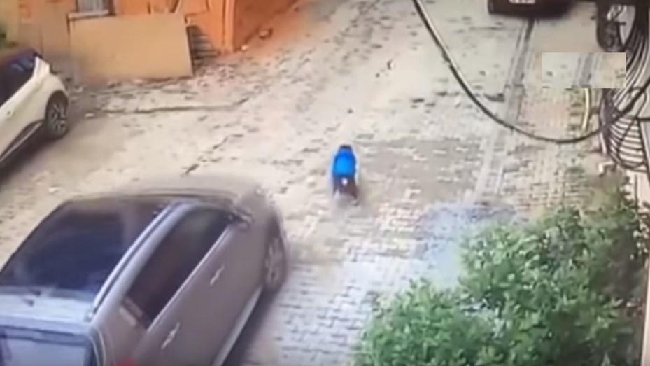 Nene de tres años atropellado por su mamá — Impactante video