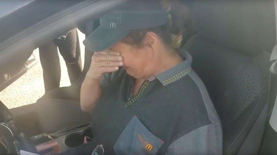 Emocionante video: empleada recibe de sorpresa un increíble auto