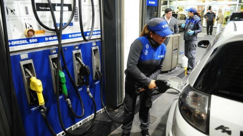 Nafta más barata: desde hoy, YPF baja sus precios hasta un 3,2%
