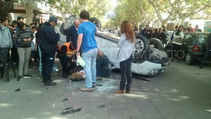Accidente en Capital: un choque terminó con un auto volcado y una docente herida