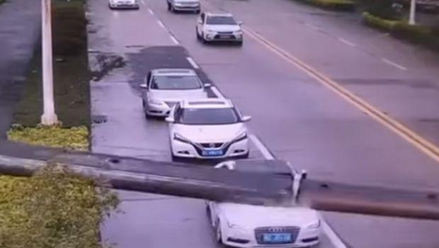 Cayó una grúa sobre su auto y salió ileso