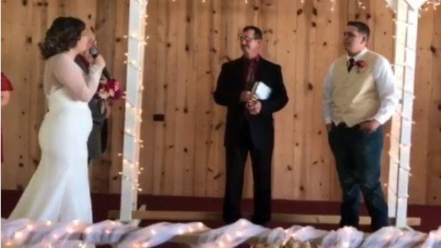 Se quebró de emoción al ver a su novia cantar en el altar