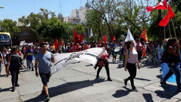 Agrupaciones marcharon para pedir plus de fin de año