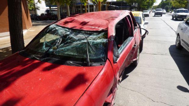 Un auto volcó después de un fuerte choque con un taxi