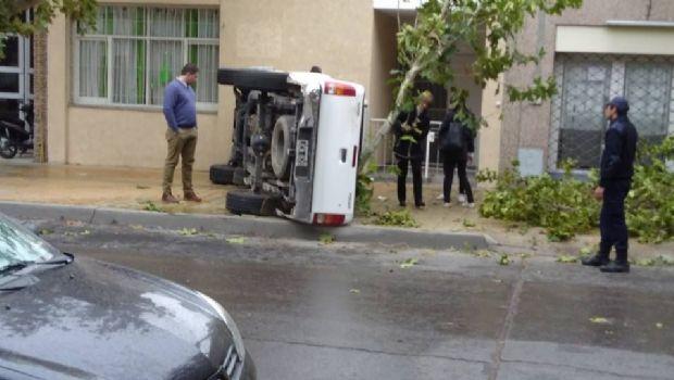 Una camioneta perdió el control y volcó en pleno centro capitalino