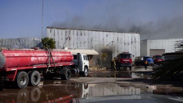 Comienzan las pericias para determinar las causas del incendio en una fábrica en Chimbas