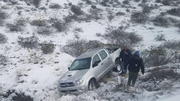 Una camioneta desbarrancó por la nieve en el camino a Iglesia