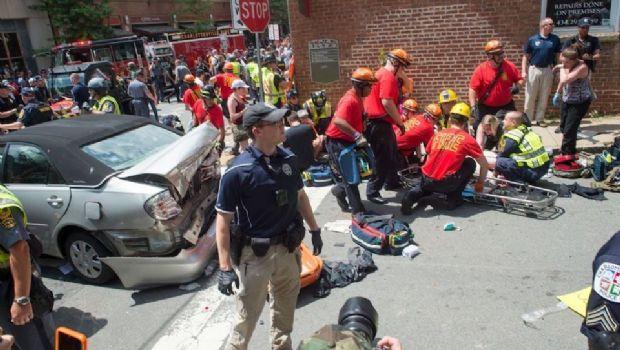 Al menos un muerto luego de que un auto embistiera a una multitud en una protesta