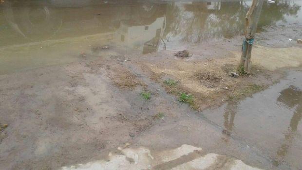 Guayaguas, el barrio caucetero que convive desde hace 10 años con agua servida en la calle