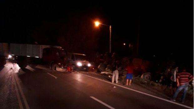 Chocaron dos camiones y uno volcó en Sarmiento
