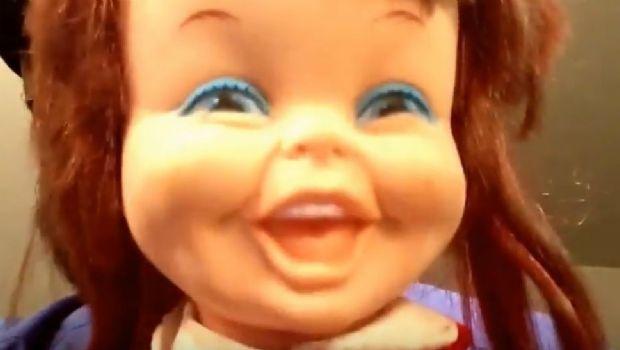 Pánico y furor en las redes por muñeca con risa diabólica