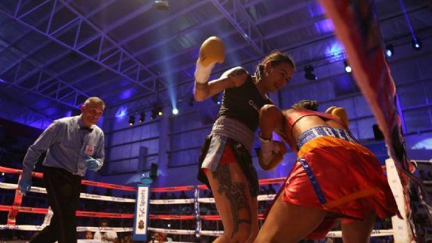 Cecilia Román le ganó otra vez a la venezolana y retuvo el título mundial gallo por puntos