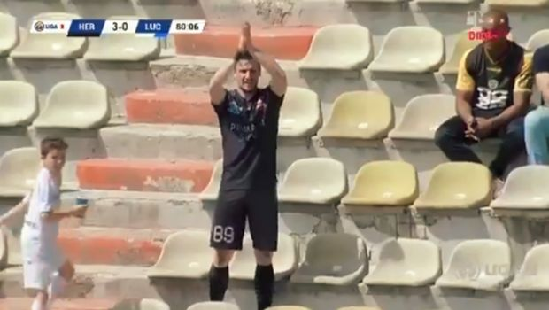 Futbolista subió a la tribuna para aplaudir su propio gol