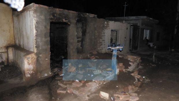 Una madre con sus dos pequeños perdieron todo en un voraz incendio