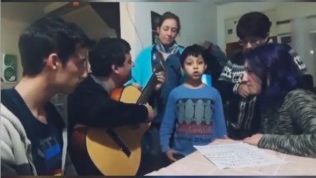 """Cantando """"Recuerdame Coco"""", el dúo Mixtura homenajeó a su hijo Nikito"""