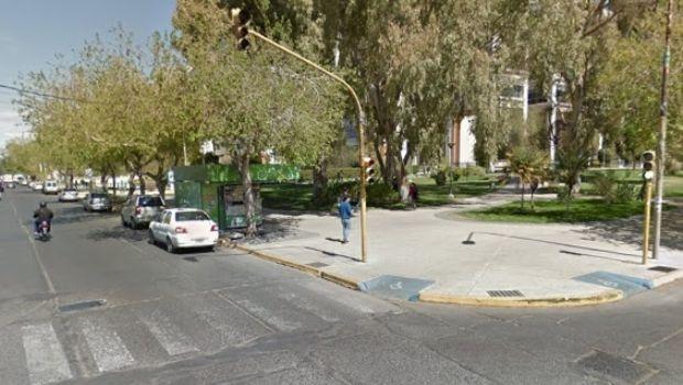 Un colectivo y una camioneta chocaron frente al Centro Cívico