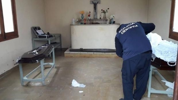 Horror: encontraron un cadáver fuera de un ataúd y habría sido ultrajado