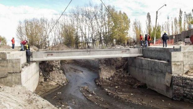 Así se eleva el puente sobre el río Iglesia