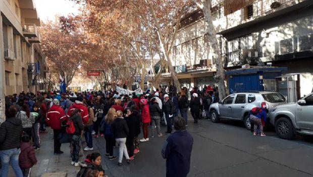 Cortaron la calle frente a la Gerencia de Empleo por ayudas sociales