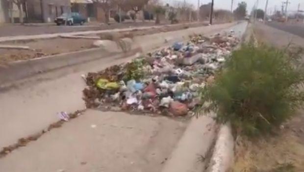 Video: así arrastra el agua del canal, la basura arrojada por la gente