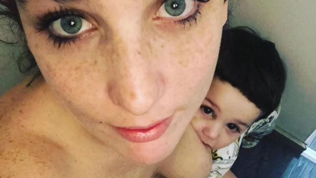 Duras críticas a Juana Repetto por una foto amamantando a su hijo mientras está en el inodoro