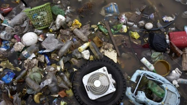 Preocupa el récord de basura en los canales sanjuaninos: en 3 días se llenaron 25 camiones