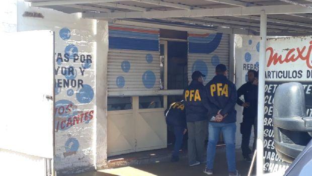 Policía Federal allanó un local de venta de artículos de limpieza de Rawson