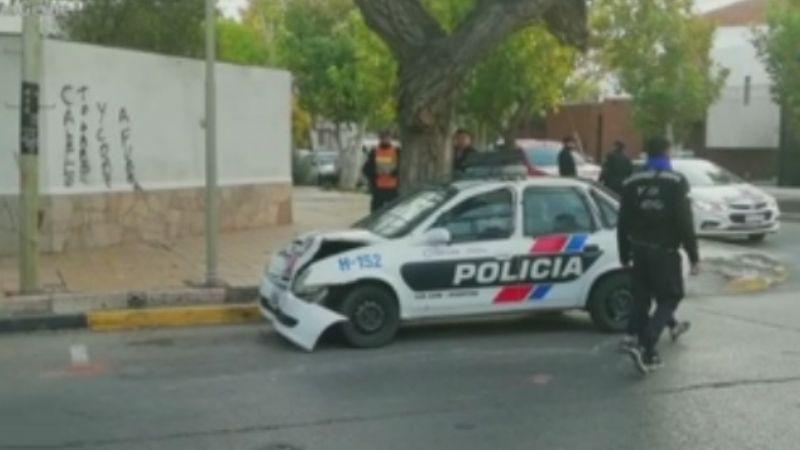 Chocó un móvil policial con un auto en zona céntrica