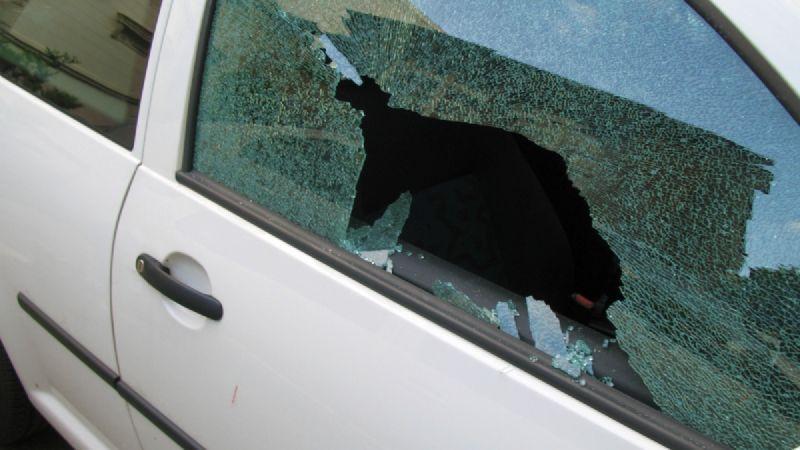 Iban al autódromo El Villicum y les destrozaron una ventanilla del auto con un escombro