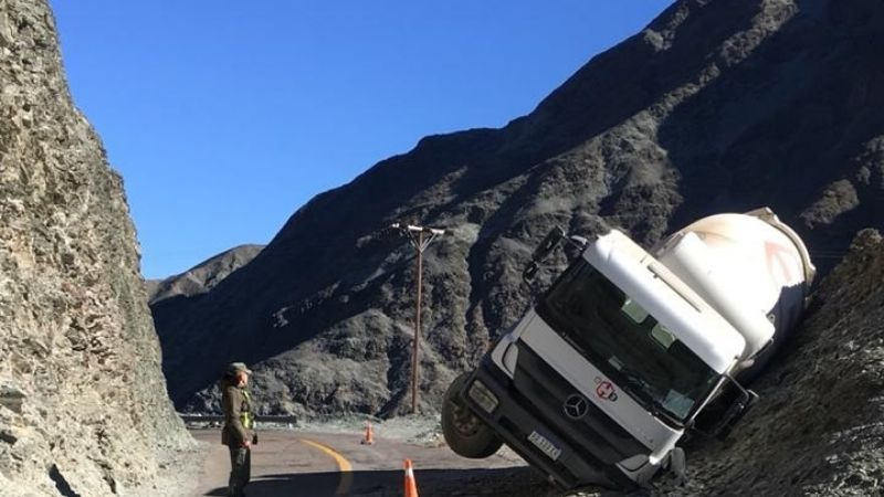 Desbarrancó un camión en Iglesia y un hombre terminó internado